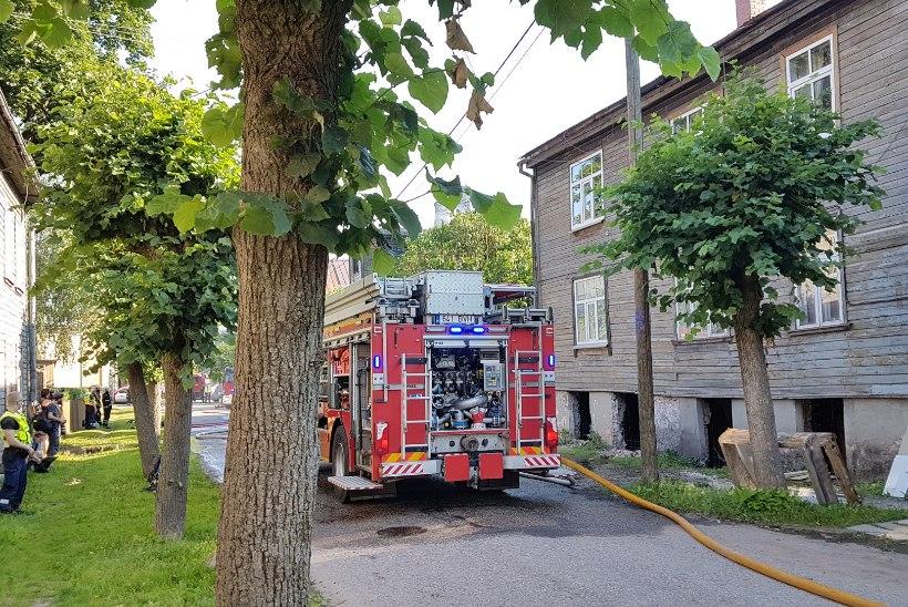 GALERII | Bensiin pööningul: Karlova puumaja läks pauguga põlema