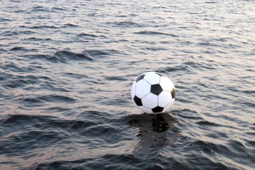 HEA KAITSE! Piirivalvurid tõrjusid Venemaalt Eesti poole ujunud jalgpalli