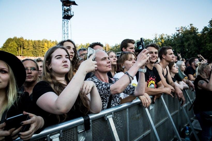 Kuumus murdis! Guns N' Rosesi kontserdil minestas kümmekond inimest, haiglasse toimetati kolm