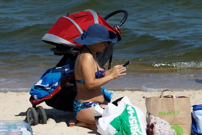 Ninapidi mobiiltelefonis: rannas palava päikese käes jääb jutt väheseks