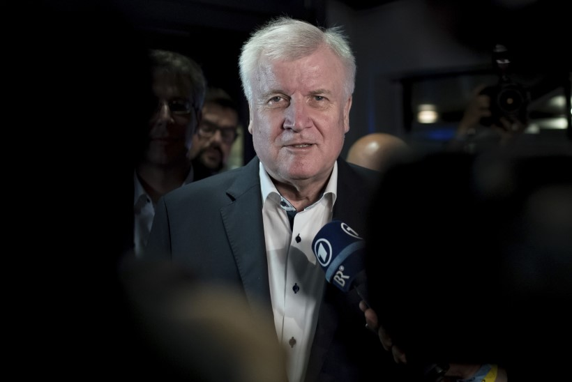 Saksa siseminister Seehofer lubas tagasi astuda