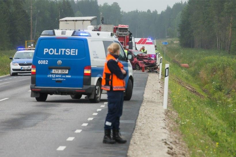 GALERII   Järjekordne traagiline avarii: eakas naine sõitis veokile otsa ja hukkus
