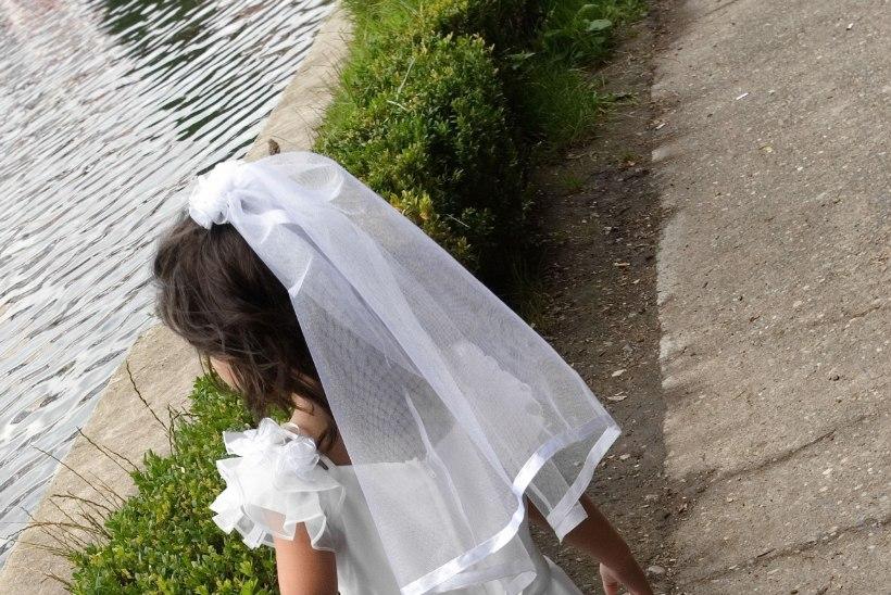 ÄRRITAV FOTO: 11-aastane pruut abiellus 41-aastase peiuga