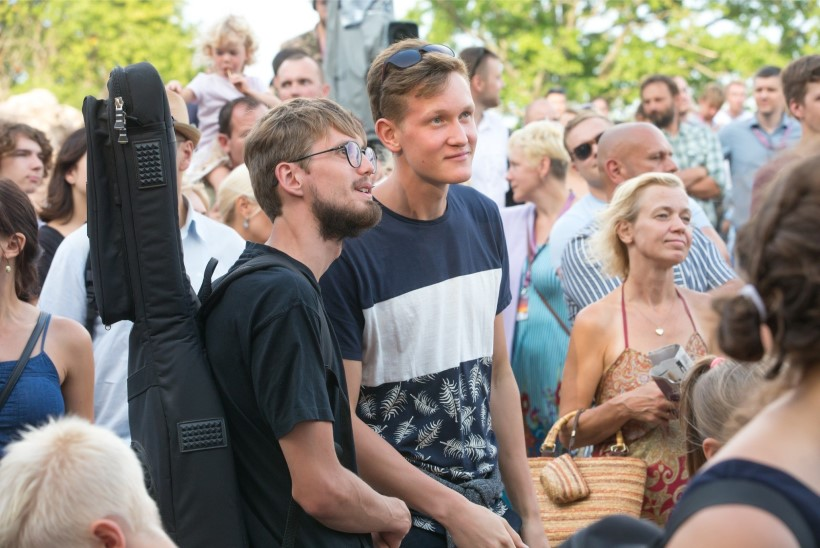 GALERII | Etnosfäär ja Eesti Noorte Segakoor põimisid Viljandi folgil ürgse ja kaasaegse