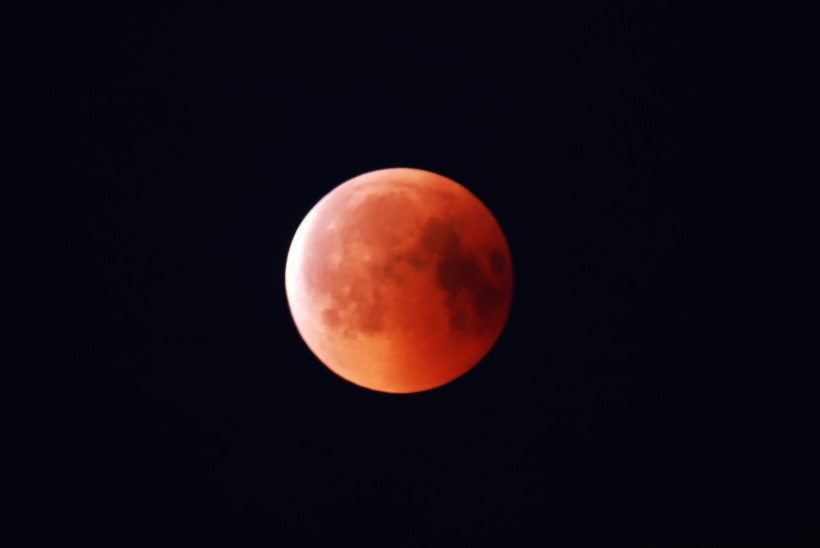 GALERII | Öösel sai jälgida sajandi pikimat kuuvarjutust ja imetleda verekuud