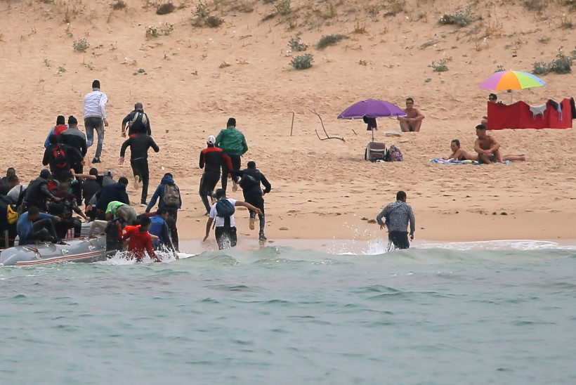 ENNEKUULMATU! Ootamatult rannas maabunud migrandid ehmatasid nudistid poolsurnuks