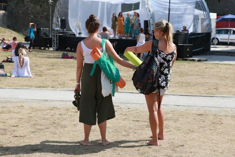 GALERII   Haapsalu täitus taas tantsu, veganitoidu ja joogaga - avapaugu sai tänavune Joogafestival!