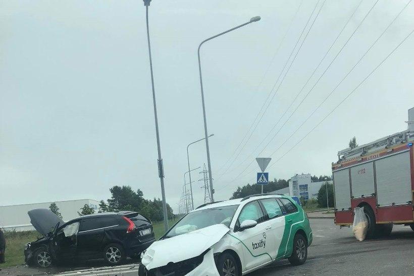 FOTOD   Lasnamäel paiskus avariisse sattunud auto otsa kahele jalakäijale