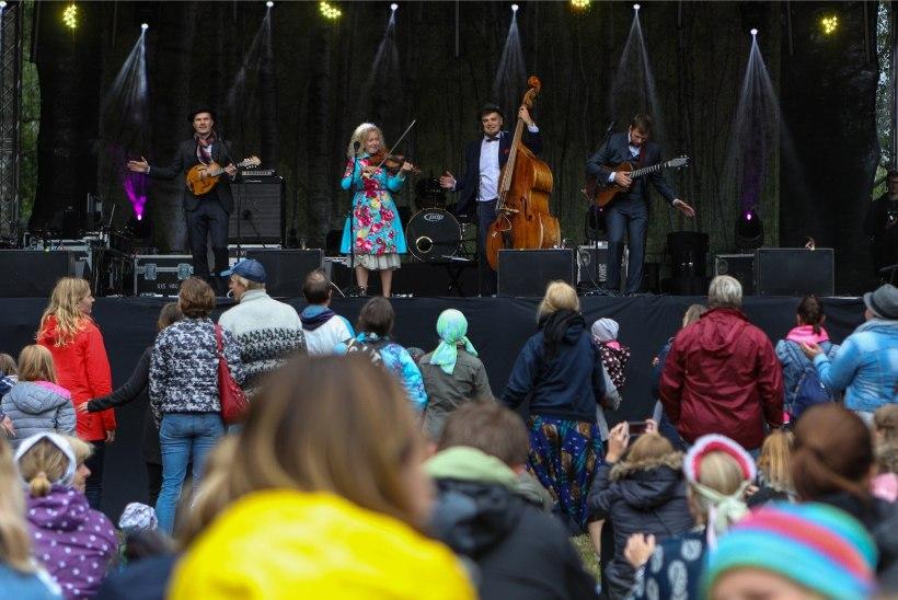 Curly Stringsi liikmed saavad kõik 30-aastaseks: mõtlesime, et teeks sama palju kontserte väikestes külades
