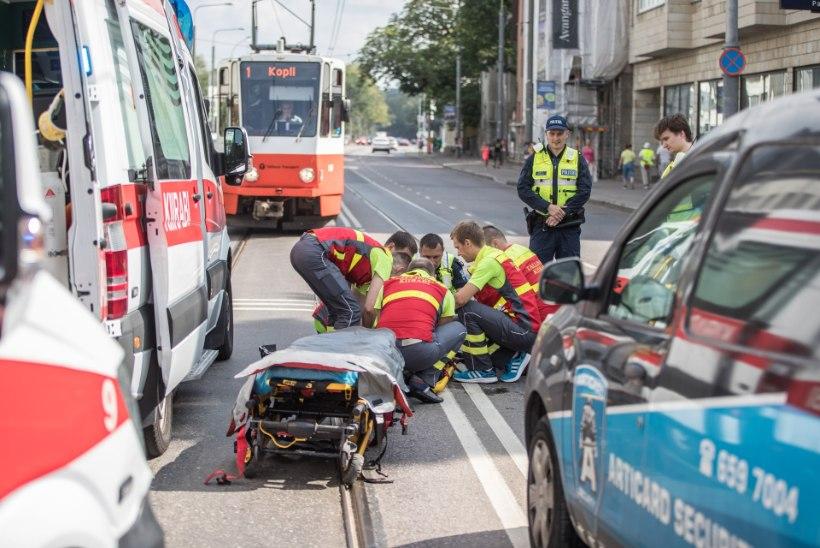 GALERII JA VIDEO | Tallinna ülikooli juures jäi kaks inimest auto alla