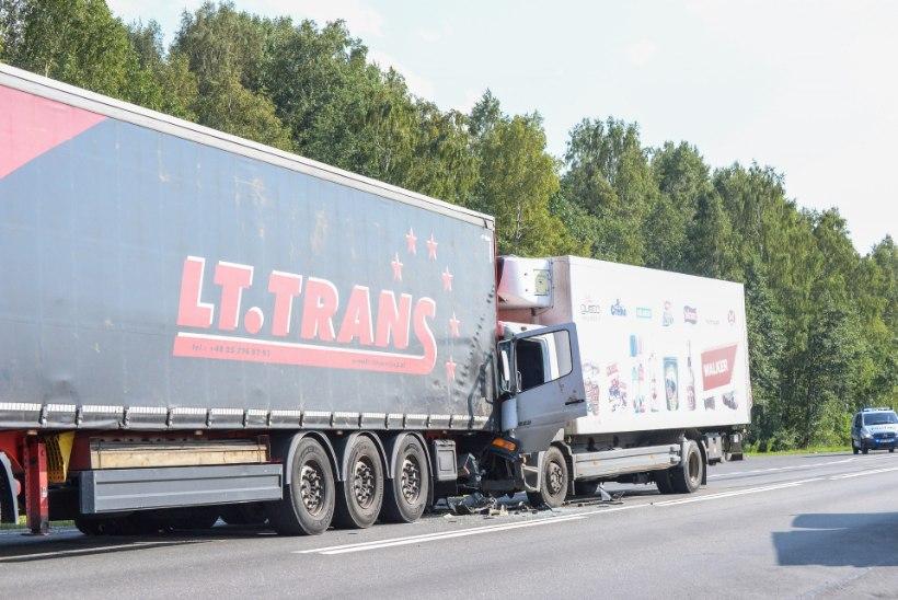 FOTOD | Pärnumaal sõitis üks veoauto teisele tagant otsa