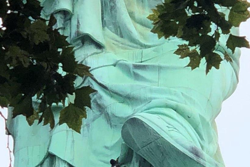 FOTOD | USA iseseisvuspäeva pidustusi segas Vabadussamba otsa roninud naine