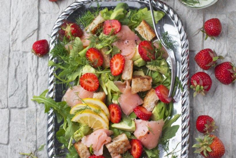 Õrnsoolalõhe salat maasikate, krõbesaia ja rohelise sibula kastmega