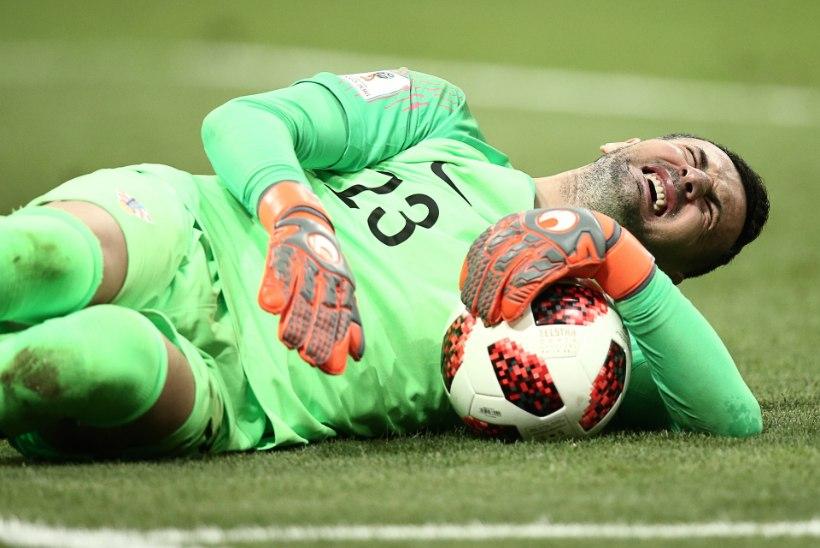 Vigastuse kiuste penalti tõrjunud Horvaatia väravavaht loodab poolfinaalis mängida