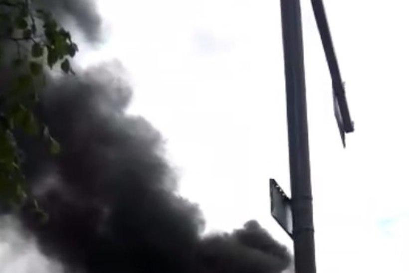 VIDEO | Mustamäel viskas põlev rehvihunnik taevasse koletu suitsusamba