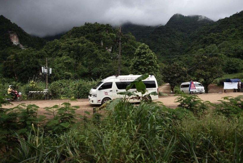 Ajakirjanikud: Tai koopa juures on vähemalt seitse kiirabiautot
