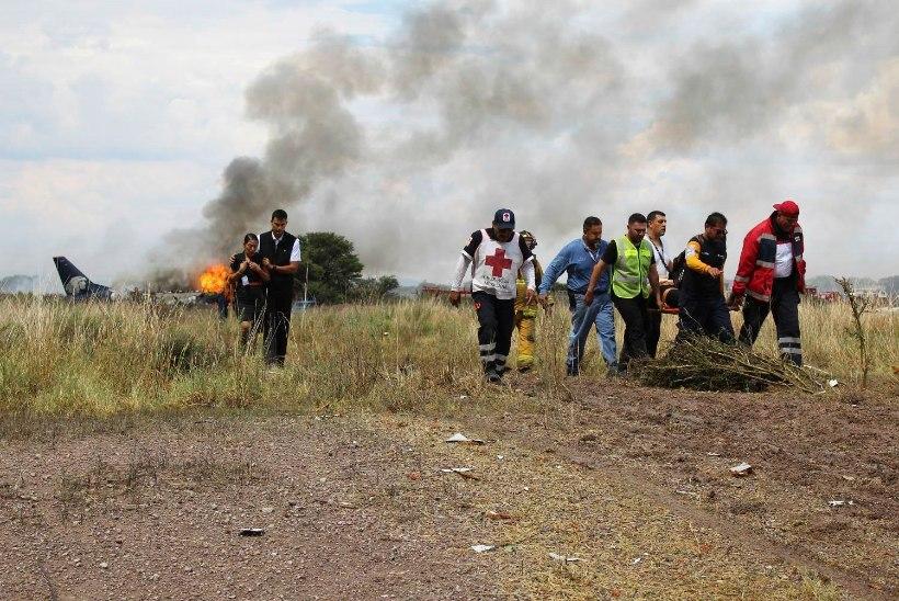 FOTOD | Mehhikos süttis hädamaandumise teinud lennuk 101 inimesega pardal
