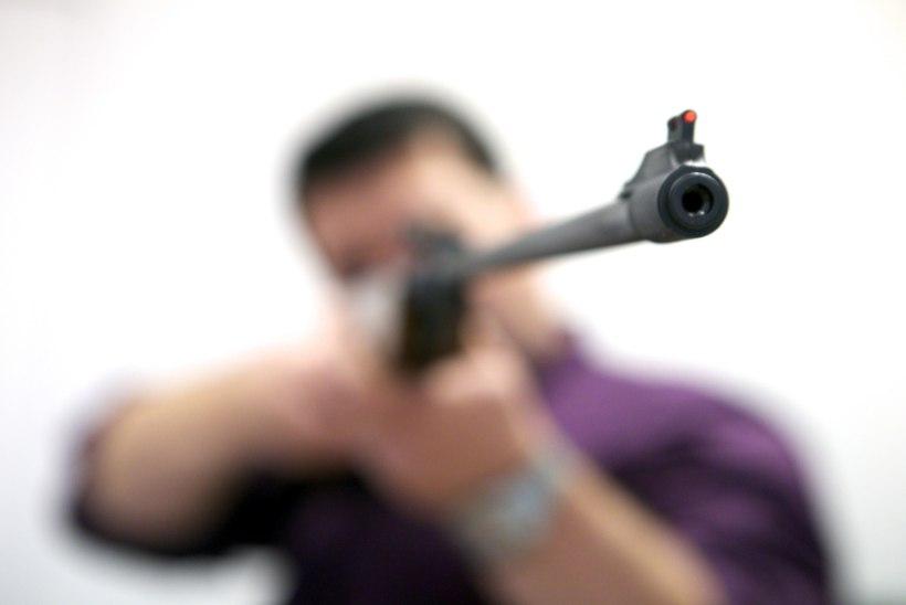 Õhupüssist naabrit lasknud mees terroriseerib kogu küla