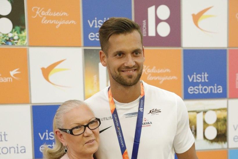 FOTOD   Võidukas Magnus Kirt sai lennujaamas kaela tammepärja