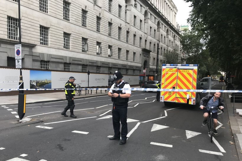 VIDEO JA FOTOD   Politseioperatsioon Briti parlamendi ees: turvatõket ramminud sõiduauto vigastas jalakäijaid