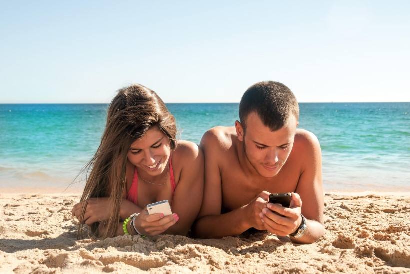 UUS HIRMUTAV TREND: vanemad näpivad rannas telefoni, lapsed on uppumisohus