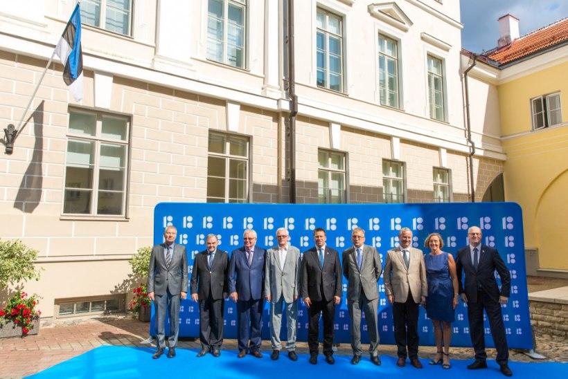 GALERII | Stenbocki majja kogunenud Eesti senised peaministrid said kingituseks Eesti lipud