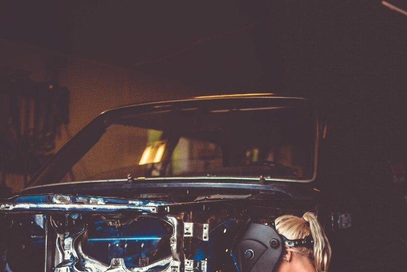 Autoesinduse saamatus pani noore neiu ise autosid parandama