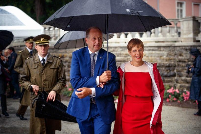 Kersti Kaljulaid: sajune ilm tõi vastuvõtule stiilsed Orissaare seenelised