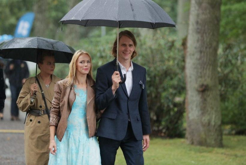 GALERII | TOP 10: kummikud, mantlid ja vihmavarjud ehk roosiaia vastuvõtu säravaimad stiilinäited