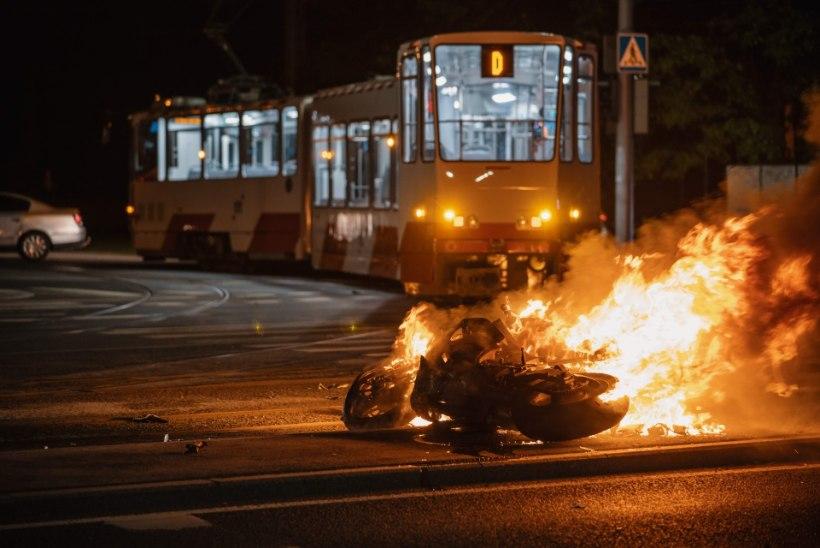 c62b3994421 LUGEJA FOTOD | Trammile otsa sõitnud mootorratas lahvatas leekidesse, juht  hukkus