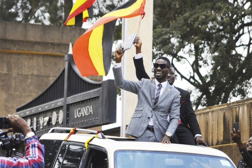 PRESIDENT EI FÄNNA: Uganda popstaar-poliitik sai riigireetmissüüdistuse