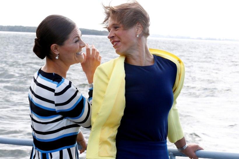 BRITI LEHT: Eestis märjaks saanud kroonprintsess sosistas ja itsitas president Kaljulaidiga