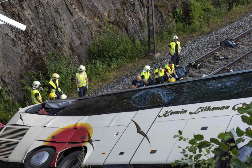 Soomes sõitis buss sillalt raudteerööbastele, hukkus neli inimest