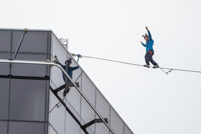 FOTOD JA VIDEOD   Eesti kuulsaim slackliner Jaan Roose tegi Tallinna tornide vahel trikitades maailmarekordi