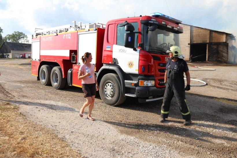 VIDEO | PIISAS SÄDEMEST: Põlvamaal põles maani maha suur heinaküün, ohus olid ka loomad