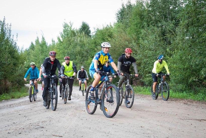 EESKUJULIK LIIKLEJA: president Kaljulaid sai ratta külge signaalkella ja kodarahelkurid