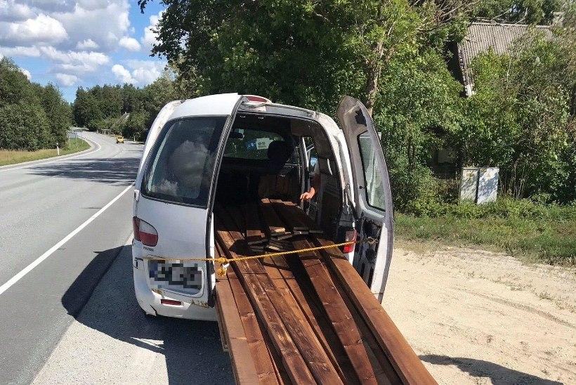 Politsei võttis rajalt maha auto, millest rippusid välja mitmemeetrised lauad: juhil jäi õigust ülegi!