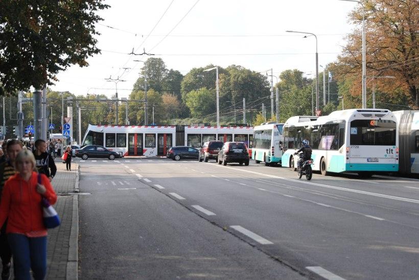 GALERII   Keset ristmikku seisma jäänud tramm põhjustas suure ummiku