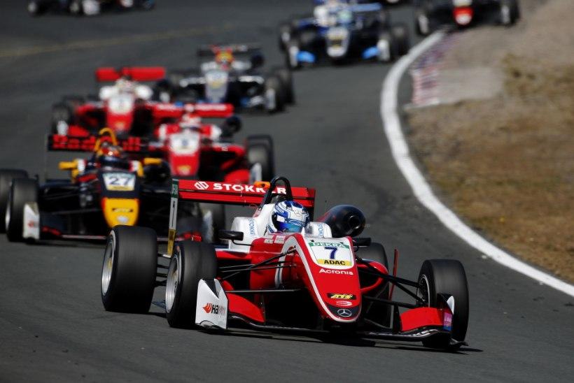 VIDEO   Schumacher jätkab domineerimist, Aron veeres üle finišijoone viimasena