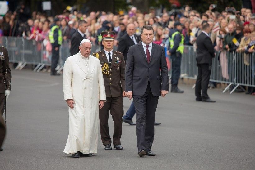 Paavsti visiidi korraldajad manitsevad: lõhkised ja lillelised teksad missale ei sobi!