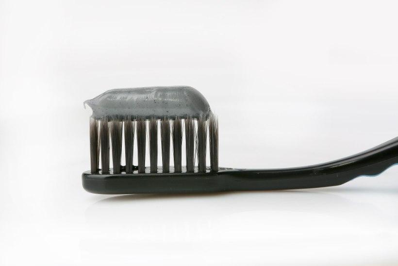 a28554d8543 NAISTELEHE TEST: hambad säravaks musta hambapastaga - millist valida ...