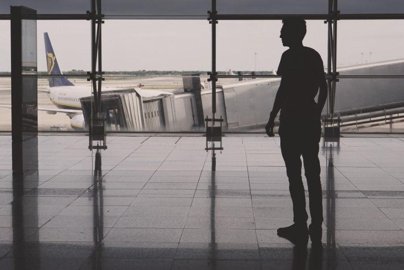 Lennujaama hilinenud mees üritas lahkuvale lennukile jalgsi järele silgata