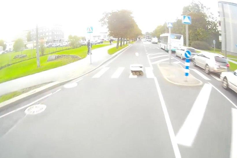 VIDEO | EI KUULE, EI NÄE: päästeauto oleks äärepealt pakiroboti laiaks sõitnud