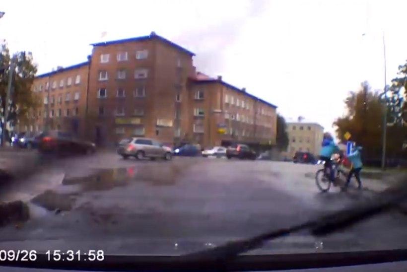 VIDEO | Ei põgenenudki sündmuskohalt, otse vastupidi! Tartus tüdrukule otsa sõitnud poiss käitus väga hoolivalt
