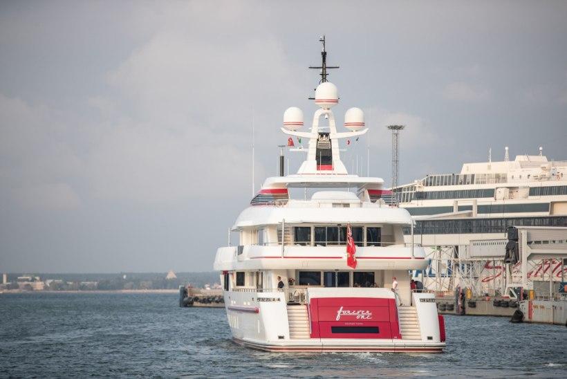 FOTOD   Miljardär tuli oma 40 miljonit dollarit maksva luksusjahiga Tallinnat nautima