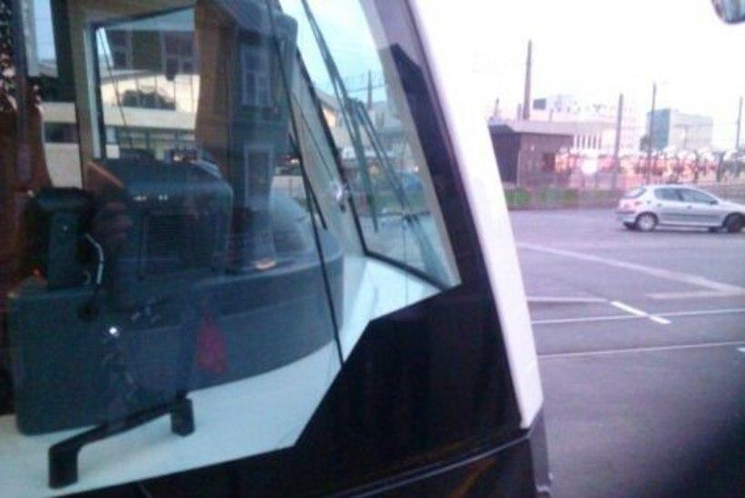 FOTOD | Kodutud loopisid Balti jaamas pudeliga trammi