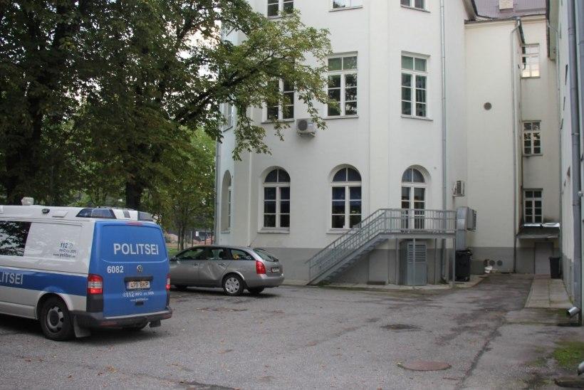 FOTOD   Politsei otsib Reiniku koolihoovis juhtunud avarii tunnistajaid