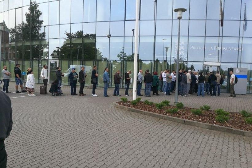 LUGEJA FOTOD |  Juba enne avamist ootas dokumendijärjekorras sadakond inimest