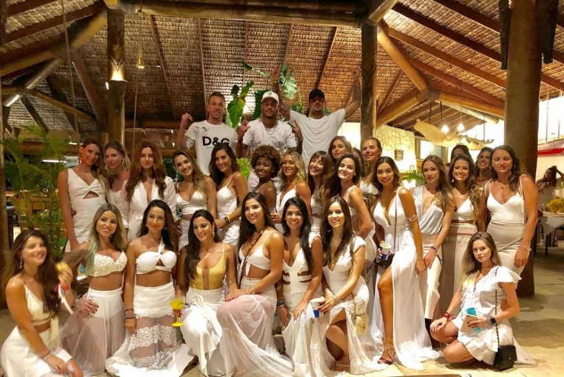 FOTO | Vaata, kui stiilselt, näitsikute keskel võttis uue aasta vastu Neymar!