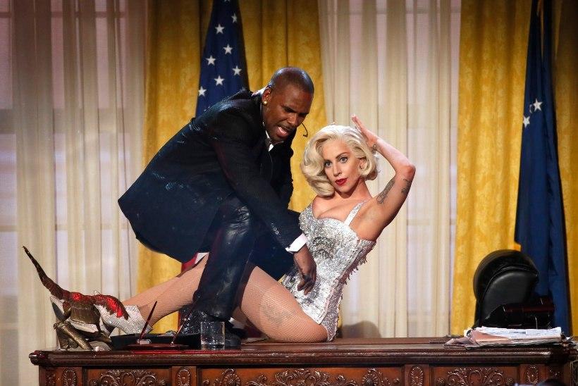 Lady Gaga palub vabandust koostöö eest R. Kellyga